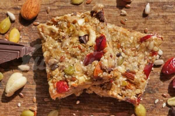 На фото Шоколадно-ореховые питательные батончики или полезные козинаки(protein bars)