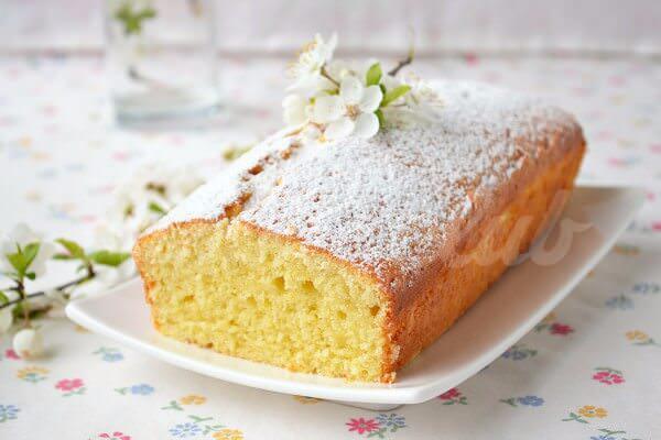На фото Английский фунтовый кекс с апельсином и орехами