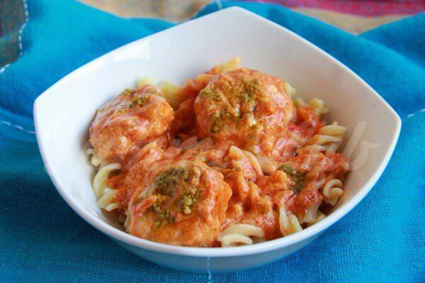 На фото Тефтели из индейки в томатном соусе с песто