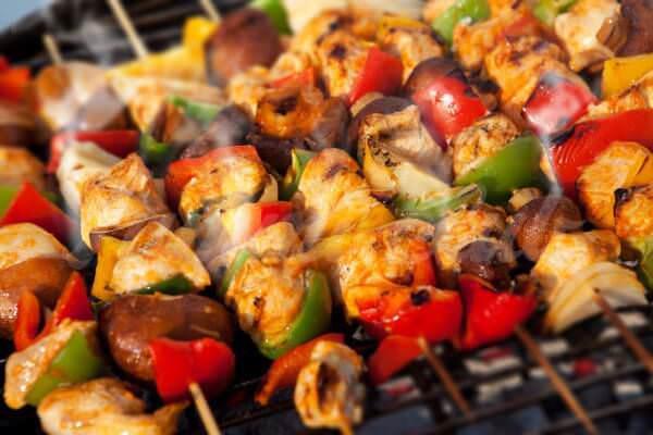 На фото Куриный шашлык с овощами