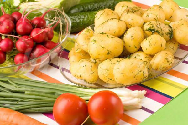 На фото Молодая картошка с укропом