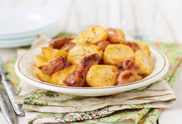 На фото Запеченный картофель с чесноком
