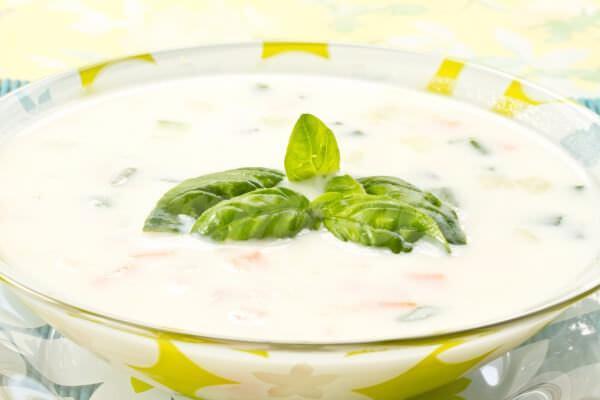 На фото Грузинский суп из мацони