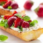 Рецепт Брускетта с клубникой, сыром и базиликом
