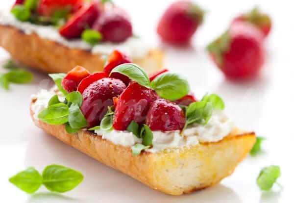 На фото Брускетта с клубникой, сыром и базиликом