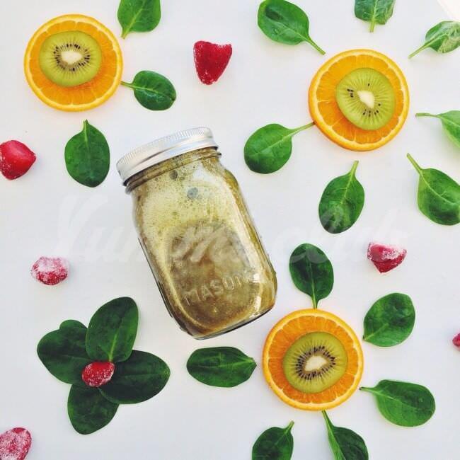 На фото Апельсиново-клубничный смузи со шпинатом и киви