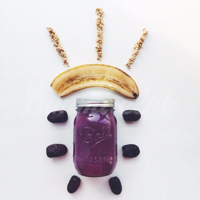 На фото Чернично-банановый смузи с пророщенной гречкой