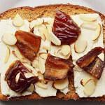 Рецепт Сладко-соленые бутерброды с финиками, миндалем и сыром фета