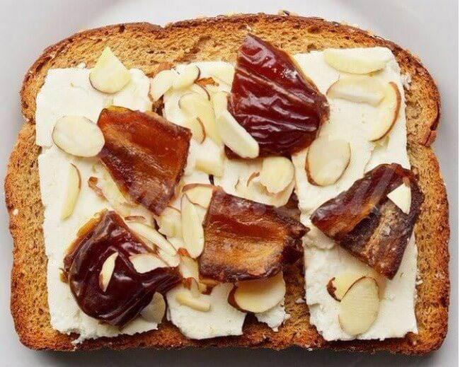 На фото Сладко-соленые бутерброды с финиками, миндалем и сыром фета