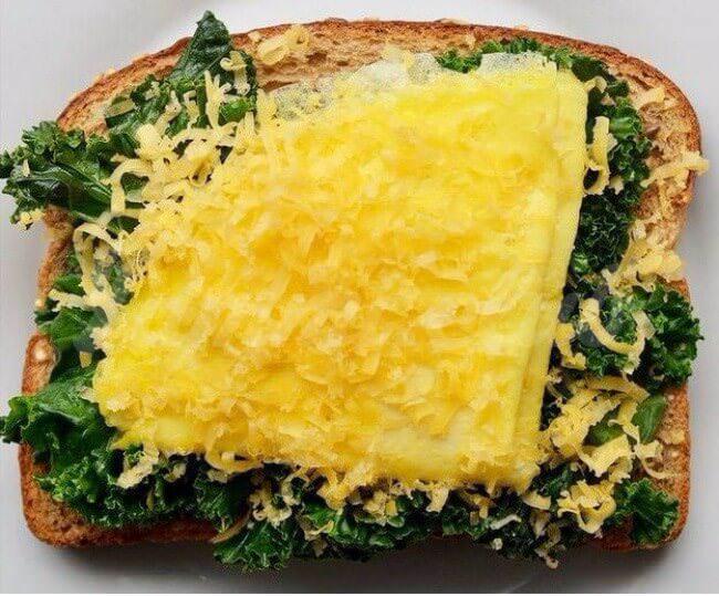На фото Бутерброды с капустой, омлетом и сыром