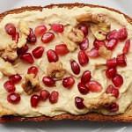 Рецепт Бутерброды с хумусом, грецкими орехами и гранатом
