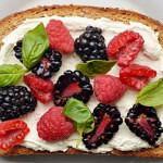 Рецепт Ягодные бутерброды смалиной, ежевикой, сливочным сыром и базиликом