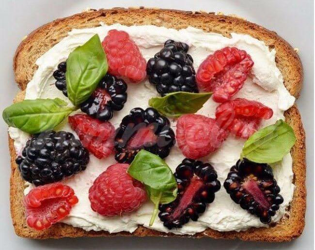На фото Ягодные бутерброды смалиной, ежевикой, сливочным сыром и базиликом