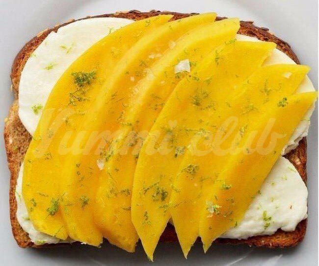 На фото Сладко-кисло-соленые бутерброды с манго и моцареллой