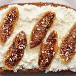 Рецепт Сладкие бутерброды с инжиром, сыром рикотта и кунжутом