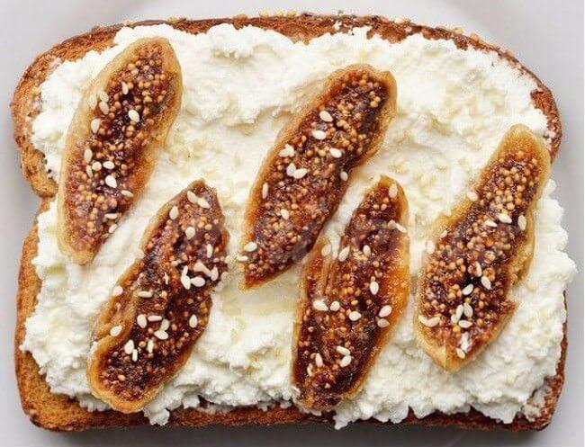 На фото Сладкие бутерброды с инжиром, сыром рикотта и кунжутом