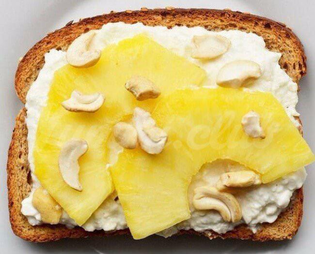На фото Сладкие бутерброды сананасом, сыром и кешью