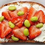 Рецепт Соленые клубничные бутерброды с козьим сыром и соевыми бобами