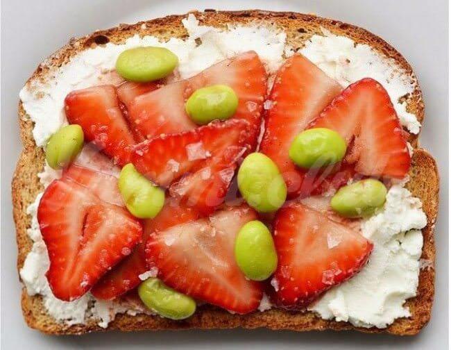 На фото Соленые клубничные бутерброды с козьим сыром и соевыми бобами
