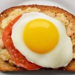 Рецепт Яичные бутерброды сгороховым пюре и томатом