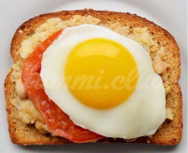 На фото Яичные бутерброды сгороховым пюре и томатом