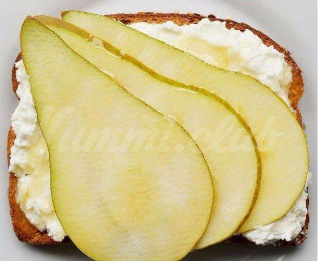 На фото Грушевые бутерброды с сыром рикотта