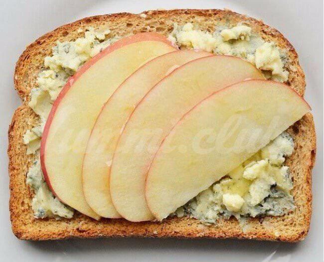 На фото Изысканные бутерброды сяблоком, медом и сыром