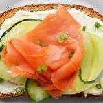 Рецепт Бутерброды с лососем, сыром, огурцом и зеленым луком