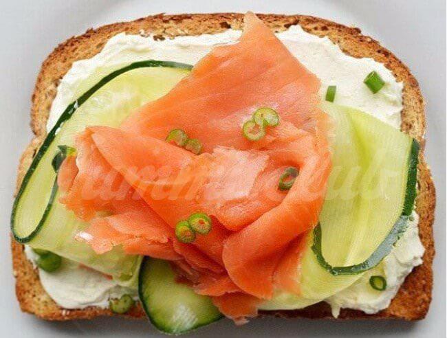 На фото Бутерброды с лососем, сыром, огурцом и зеленым луком
