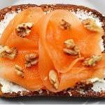 Рецепт Сладкие дынные бутерброды сгрецкими орехами и козьим сыром