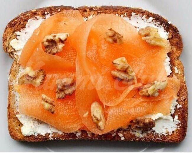 На фото Сладкие дынные бутерброды сгрецкими орехами и козьим сыром