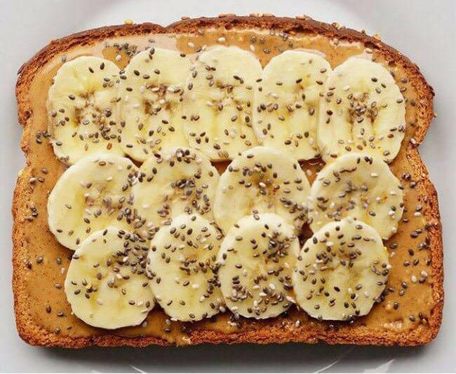 На фото Сладкие бутерброды с бананом, арахисовым маслом и семенами чиа