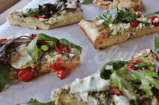 На фото Пицца с соусом песто и рукколой