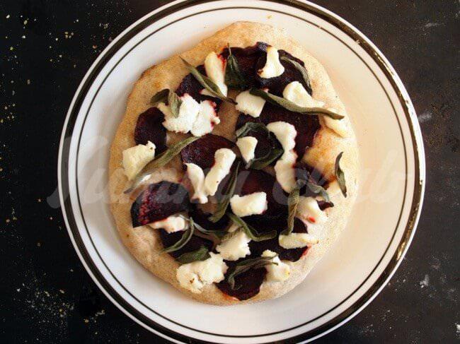 На фото Пицца со свеклой и сыром Рикотта