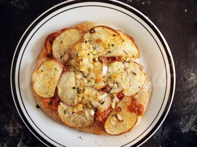 На фото Картофельная пицца