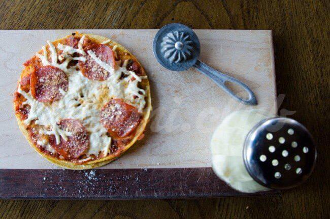 На фото Быстрая пицца с пепперони