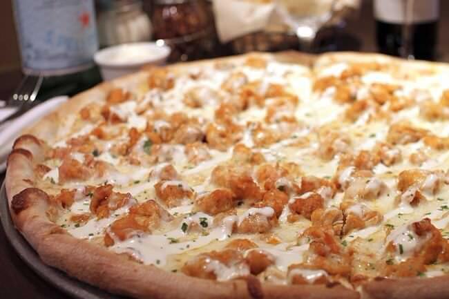 На фото Пицца со сливочной курицей