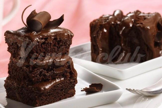 На фото Слоеный шоколадный торт