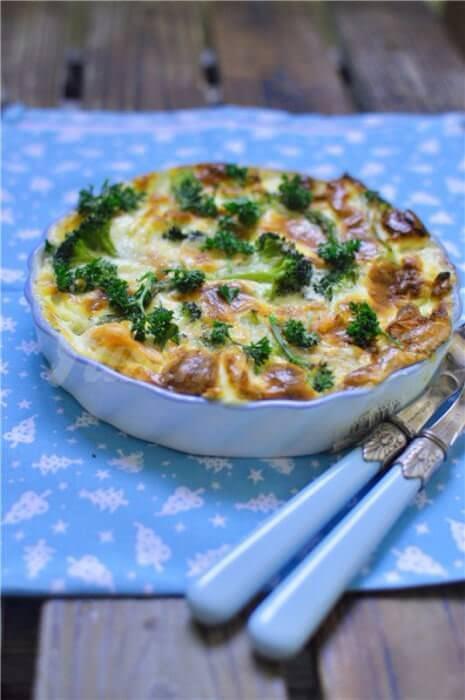 На фото Запеканка из лосося, брокколи и спаржи в сливочном соусе