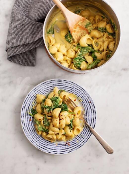 На фото Макароны со сливочным сыром и шпинатом