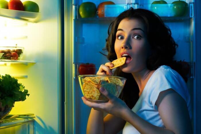 На фото Специалисты выяснили, почему люди склонны есть по ночам