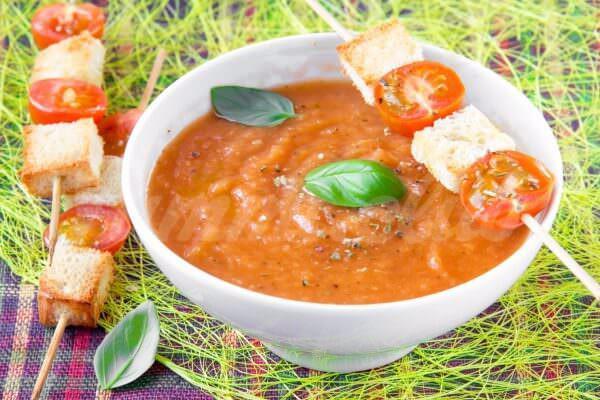 На фото Суп-пюре из кабачков и помидоров