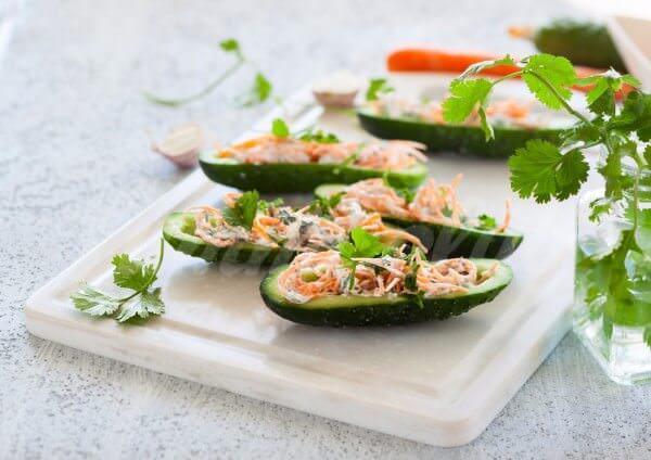 На фото Лодочки из огурцов с творогом и корейской морковью