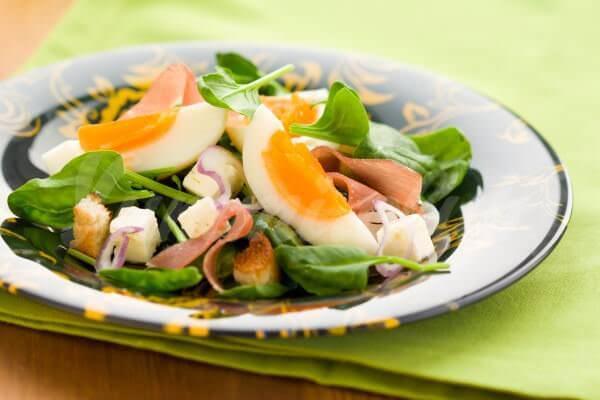 На фото Летний салат из яиц, бекона и шпината