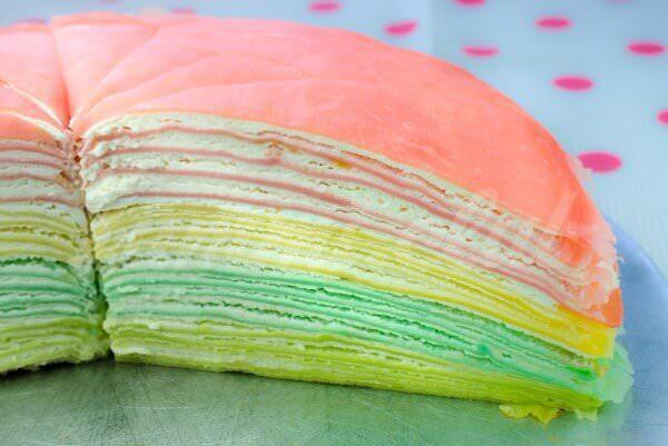 На фото Радужный блинный торт