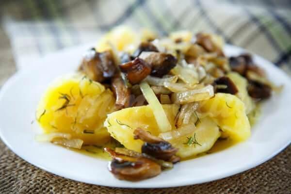 На фото Жареный картофель с грибами и луком