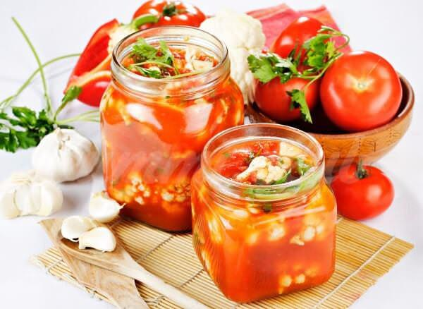 На фото Цветная капуста в томатном соусе на зиму
