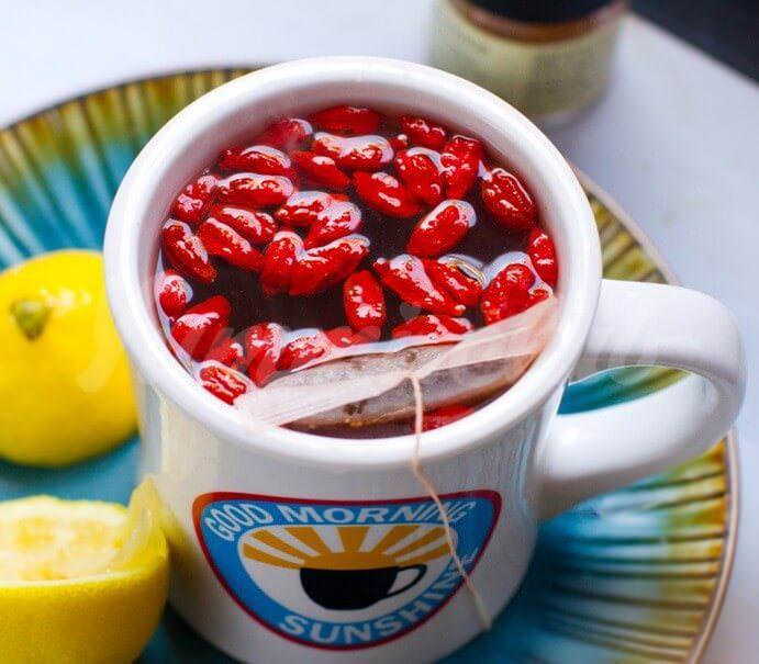 На фото Чай на ягодах годжи