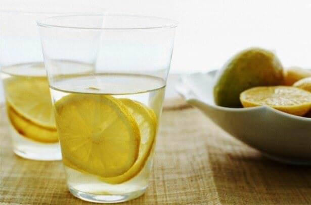 На фото Зачем пить воду с лимоном по утрам