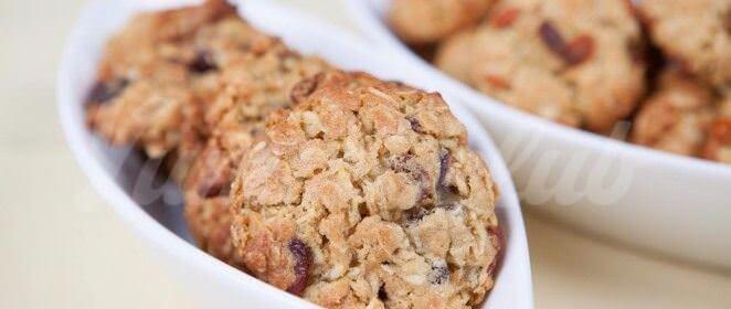 На фото Овсяное печенье с ягодами годжи
